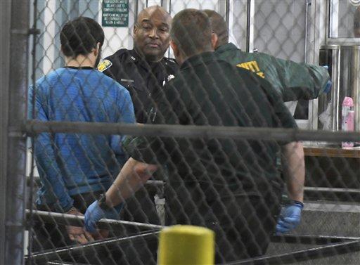 Esteban Santiago, de 26 años, presunto autor de un tiroteo letal en el aeropuerto internacional de Fort Lauderdale-Hollywood, en Florida, es escoltado hacia la cárcel del condado de Broward el sábado 7 de enero de 2017. (Jim Rassol/South Florida Sun-Sentinel vía AP)