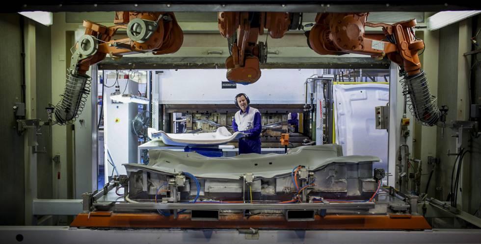 Empleado de Grupo Antolin en una de las fábricas de techos de la multinacional en Burgos