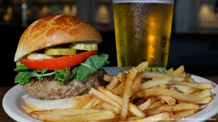 Bier, Pommes und Burger (picture-alliance/ZUMAPRESS.com/B. Fitterer)