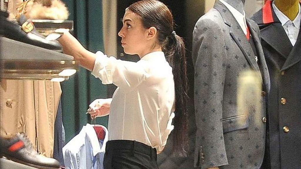En la imagen aparece Georgina colocando ropa en la tienda de Gucci en la que antes trabajaba.