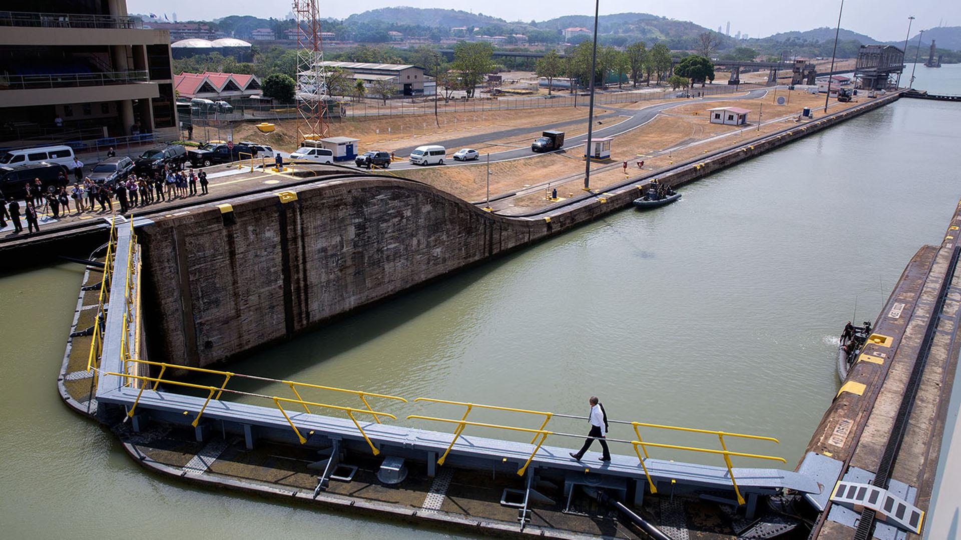 Visita a la torre de control del Canal de Panamá, 10 de abril de 2015(Official White House Photo by Pete Souza)