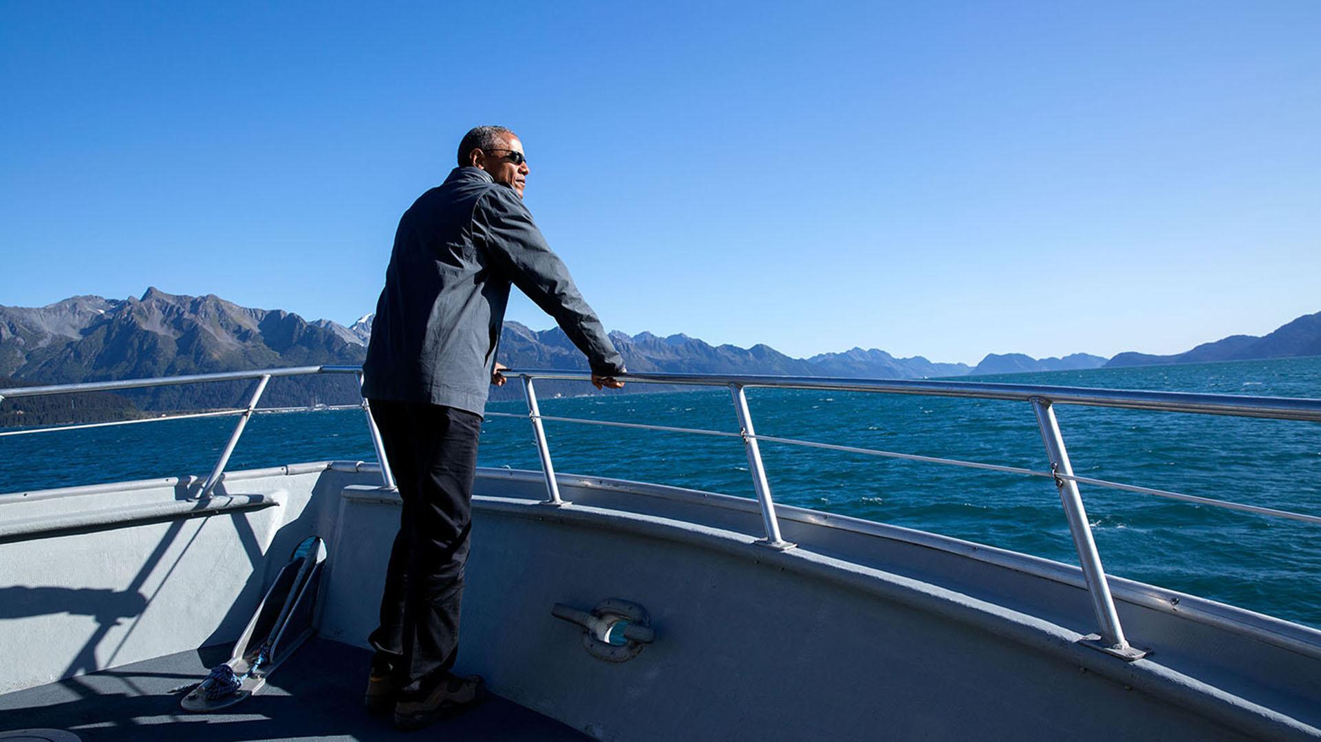 Obama abordo de un bote en el Parque Nacional de los fiordos Kenai en Alaska. 1° d septiembre de 2015(Official White House Photo by Pete Souza).