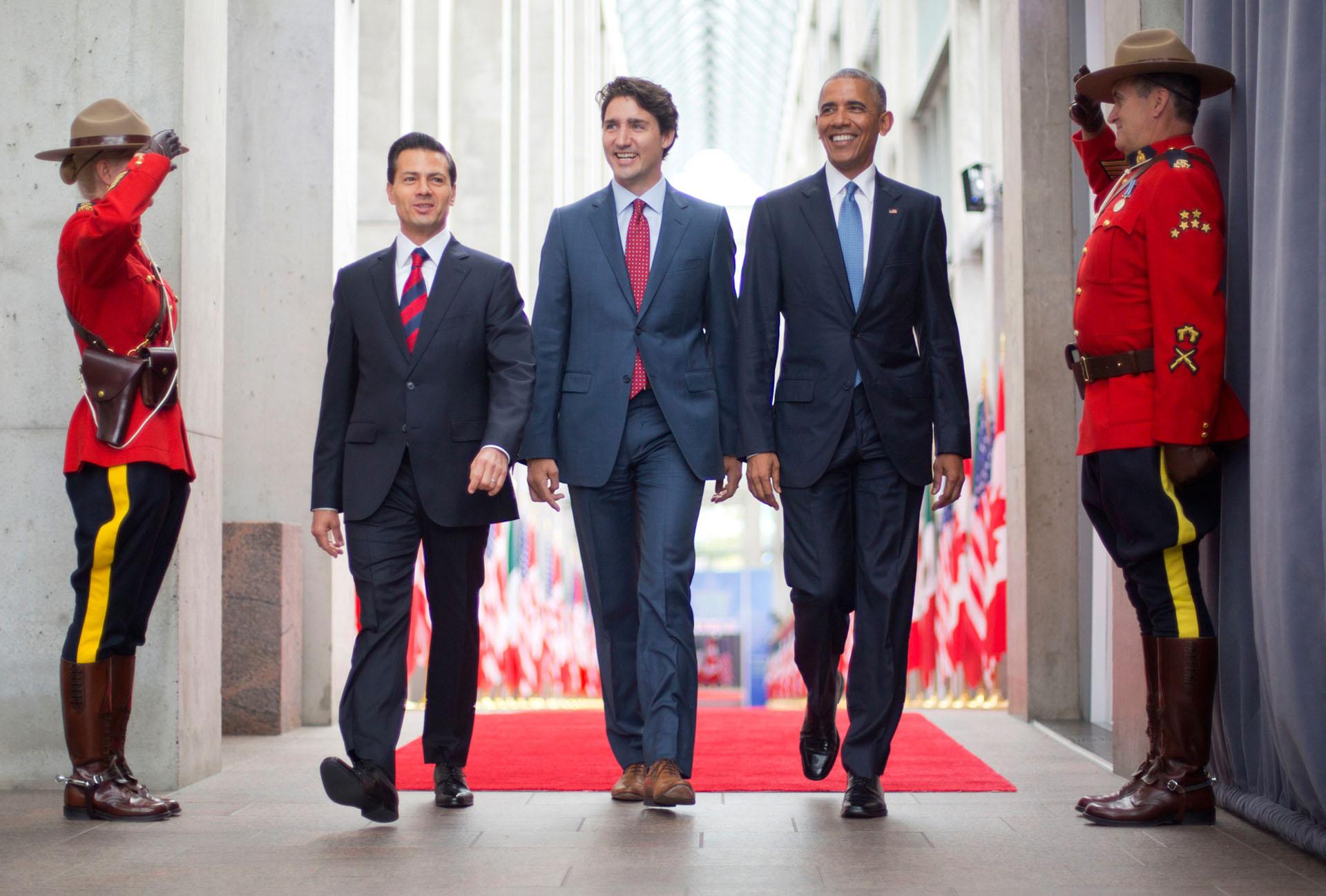 Los temas de energía limpia y el clima fueron el centro de atención cuando el presidente Obama se reunió con el presidente de México, Enrique Peña Nieto (izda.), y el presidente de Canadá Justin Trudeau (centro), en Ottawa, Canadá, en junio de 2016 durante la Cumbre de Líderes de América del Norte. Canadá también fue el primer país que el presidente Obama visitó después de asumir el cargo en 2009.