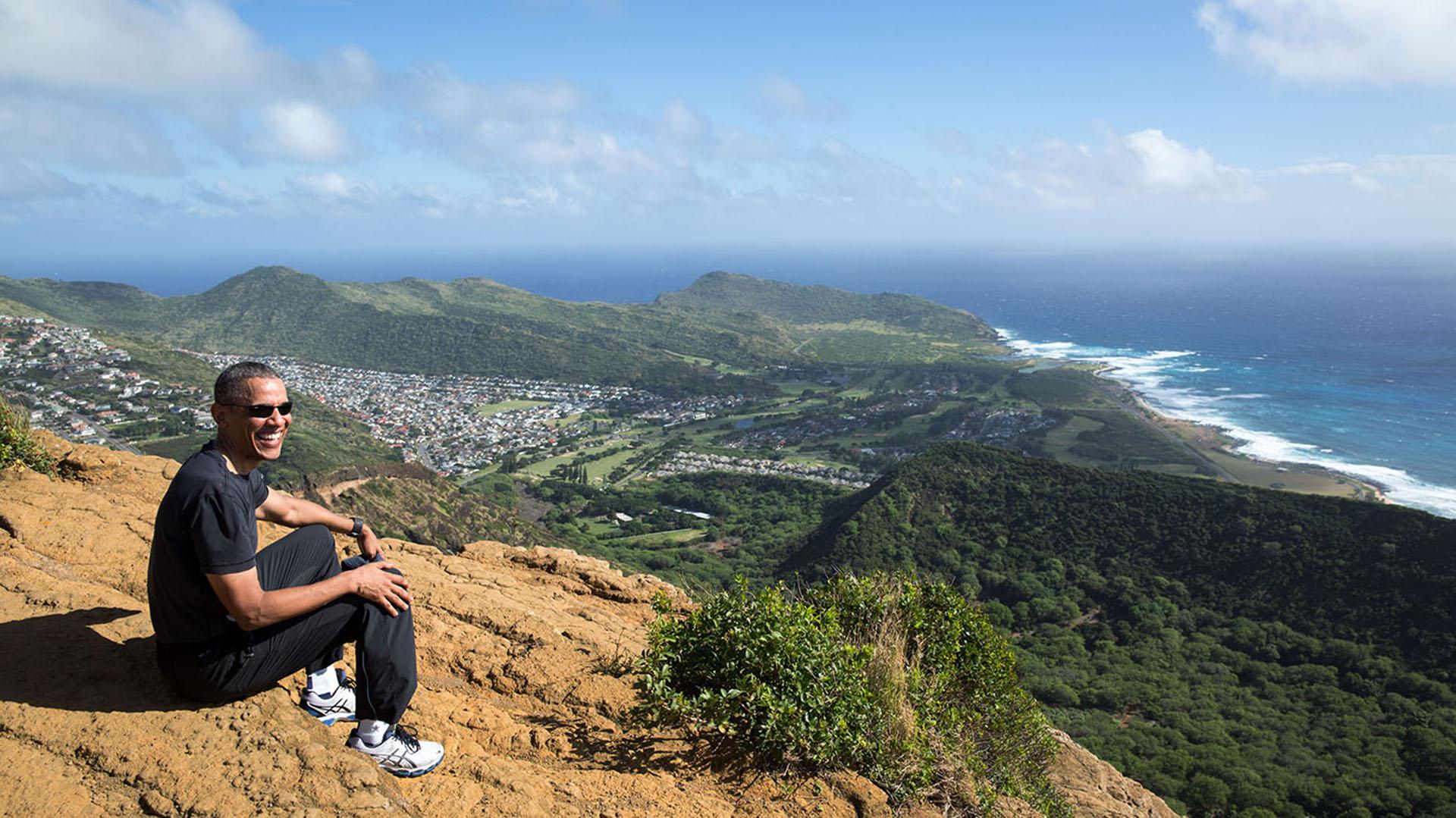 En la cima del crater de Koko Head, en Hawaii, lueg de trepar por una camino de 1,048 escalones de madera. (Official White House Photo by Pete Souza).