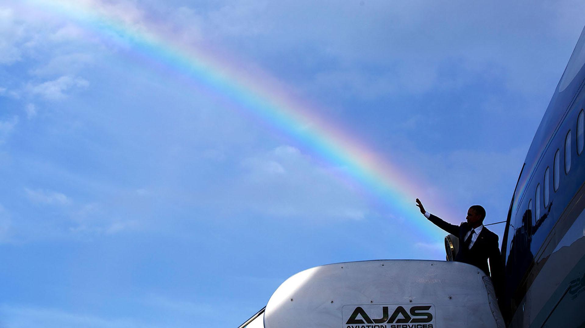 Obama saluda al despedirse de Jamaica, en el Aeropuerto de Norman Manley de Kingston el 9 de abril de 2015 (Official White House Photo by Pete Souza).