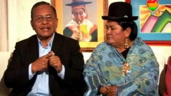 El ex vicepresidente Victor Hugo Cardenas junto con su esposa Lidia Catari. Foto: ANF