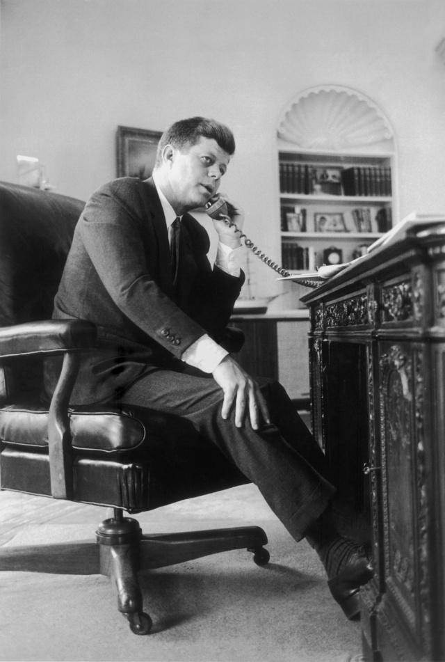JFK, presidente número 35 de EE.UU., al teléfono.