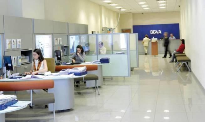 Sucursal del BBVA casi vacía. La entidad prevé cerrar 132 oficinas más en febrero.