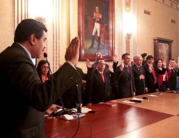 """EL GOBIERNO DE VENEZUELA ES EL PAÍS CON MAYOR BUROCRACIA EN SUDAMÉRICA CON 30 MINISTERIOS Y SUS RESPECTIVOS VICEMINISTERIOS, ENTRE ELLOS EL """"VICEMINISTERIO DE LA FELICIDAD""""."""