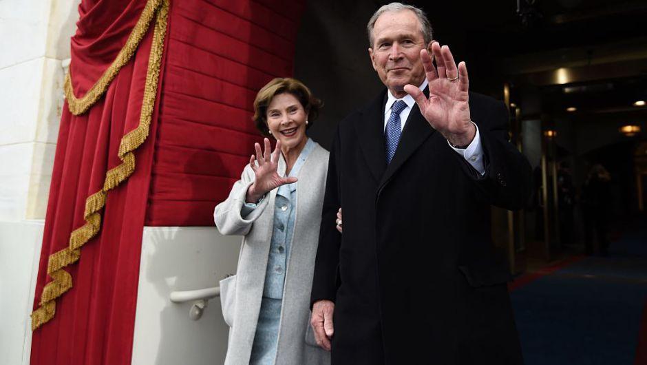 El expresidente George W. Bush y la primera dama Laura Bush, llegan a la toma de posesión presidencial en el Capitolio de Washington. (Crédito: SAUL LOEB/AFP/Getty Images)