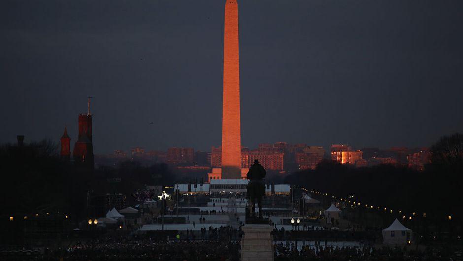 Así lucía el Monumento a Washington y la Explanada Nacional a la salida del sol, previo al juramento de Trump que iniciará a las 11:30 a.m. (Crédito: Drew Angerer/Getty Images)