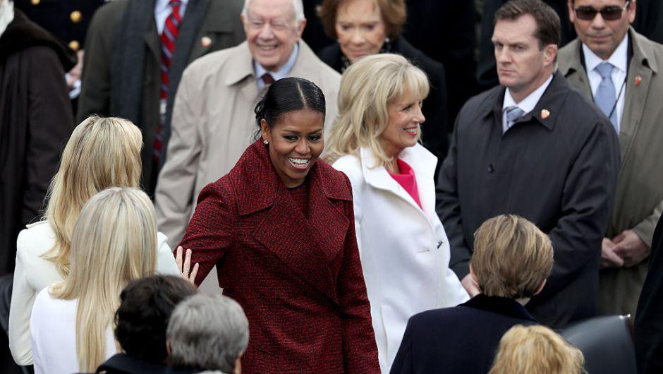 Michelle Obama y Jill Biden llegan al lado oeste del Capitolio Nacional. (Crédito: Joe Raedle/Getty Images)