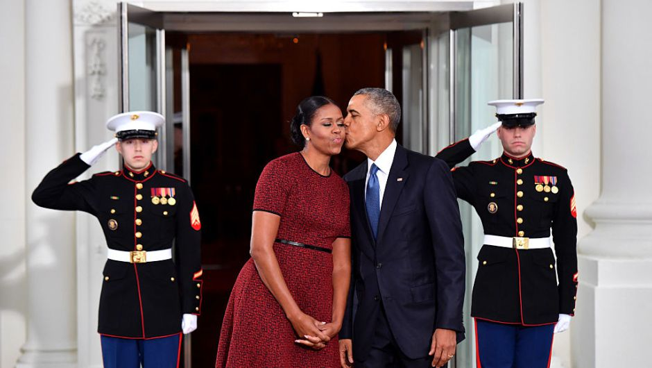 El saliente presidente Barack Obama besa a su esposa Michelle mientras esperaba al presidente electo Donald Trump y a la nueva primera dama en la Casa Blanca. (Crédito: Kevin Dietsch-Pool/Getty Images)