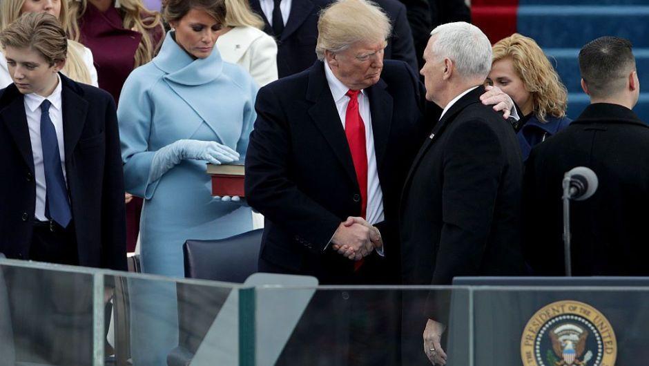 Donald Trump saluda a Mike Pence tras asumir como nuevo vicepresidente de Estados Unidos. (Crédito: Alex Wong/Getty Images)