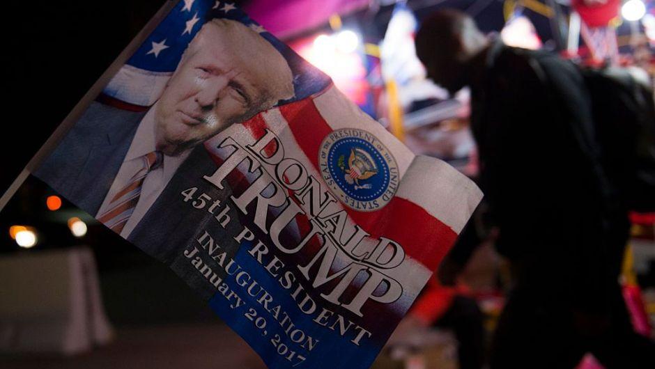 Algunos aprovechan el evento para poner sus puestos de venta de recuerdos del día de la posesión de Trump a las afueras de Union Station en Washington. (Crédito: MOLLY RILEY/AFP/Getty Images)