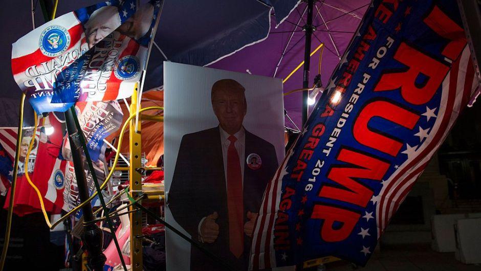 Los vendedores se preparaban desde muy temprano con sus artículos de Trump esperando la llegada de los seguidores del nuevo presidente de Estados Unidos. (Crédito: MOLLY RILEY/AFP/Getty Images)