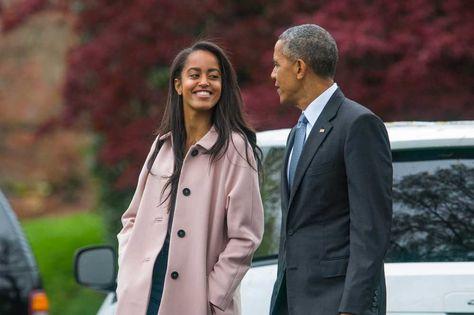 El expresidente de EE.UU. Barack Obama (d) junto con su hija Malia (i) en la Casa Blanca en Washington.
