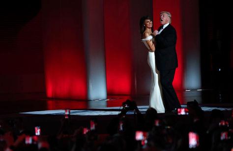 """Trump con su esposa bailan """"My Way"""""""