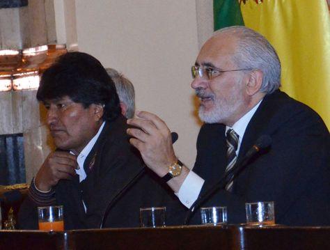 El presidente Evo Morales junto a Carlos Mesa. Foto: Scoopnest.com