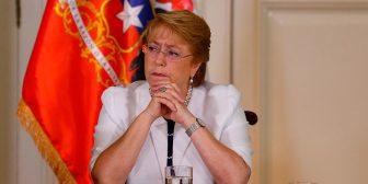 """Bachelet: """"Enfrentamos el mayor desastre forestal de nuestra historia""""; suspende viaje a Cumbre CELAC por incendios"""