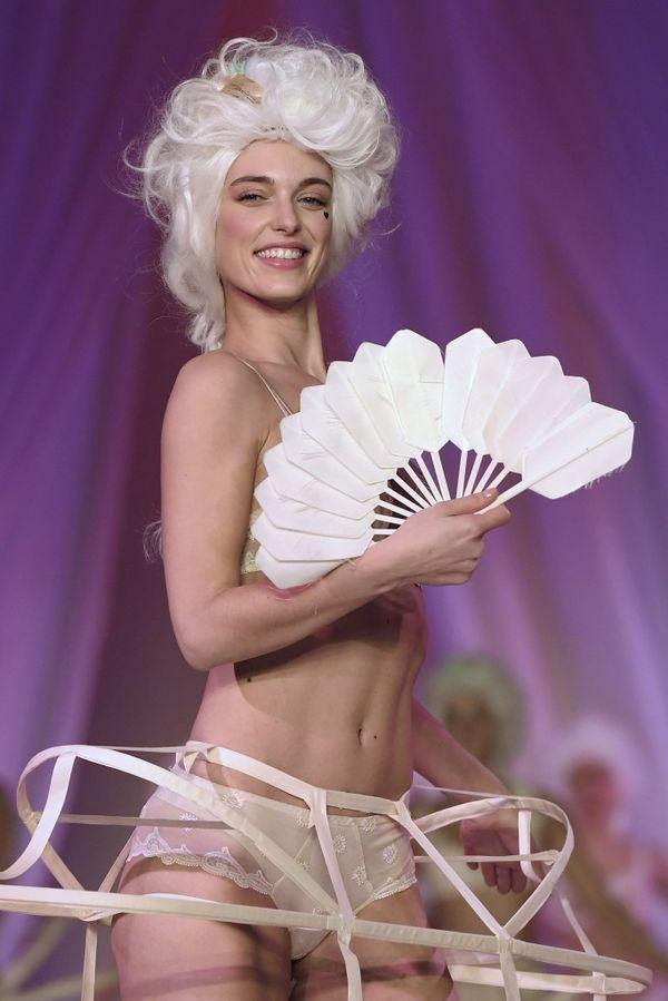Las modelos se vistieron de María Antonieta, con pelucas blancas y crinolinas, agitando joviales unos abanicos en una imaginaria corte de Versalles
