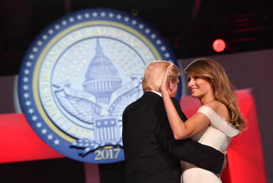 Melania saluda a los asistentes durante su primer baile con Donald Trump como presidente de Estados Unidos (EFE)