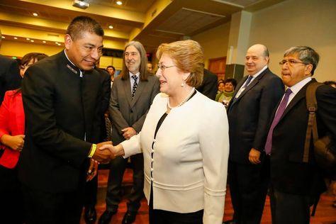 Fernando Huanacuni, actual canciller de Bolivia, saluda a la presidenta de Chile, Michelle Bachelet. Fue en Olmué, Chile, en 2015.