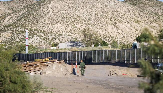 Fragmento de un muro de acero de la localidad de Sunland Park, en Nuevo México (México), en la frontera con Estados Unidos. (EFE)