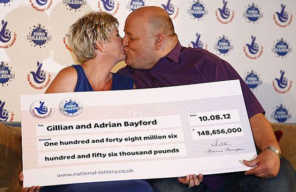 """Otros tiempos: los Bayford con el """"cheque"""" en el que se le adjudican los casi 150 millones de libras"""