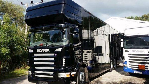 El costoso camión jaula para trasladar a los purasangres. La mujer se llevó 30 caballos valuados en 380 mil dólares
