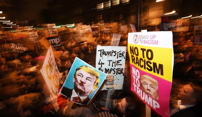 Miles de manifestantes se reunieron en Londres y en ciudades de todo el Reino Unido para protestar contra la polémica orden ejecutiva del presidente estadounidense Donald Trump de vetar la entrada a Estados Unidos a personas de siete países de mayoría musulmana: Irán, Iraq, Siria, Sudán, Libia, Yemen y Somalia.  EFE