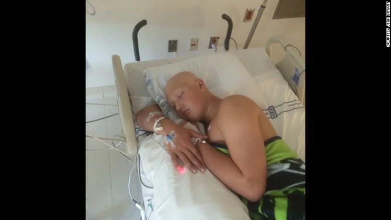 Jack Bryant durante su primer tratamiento contra el cáncer en junio del 2015.