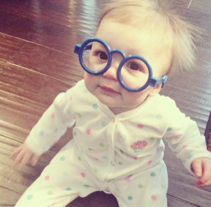 tierno bebe con lentes