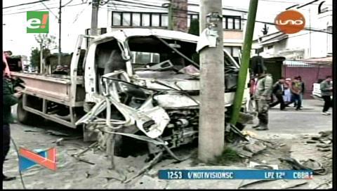La Paz: Choque de dos camiones deja dos personas heridas