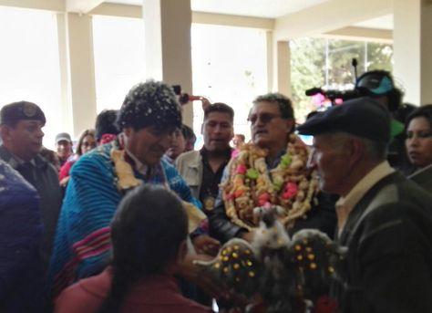 Édgar Bazán (der), alcalde de Oruro, arropado con guirnaldas junto con el presidente Evo Morales.