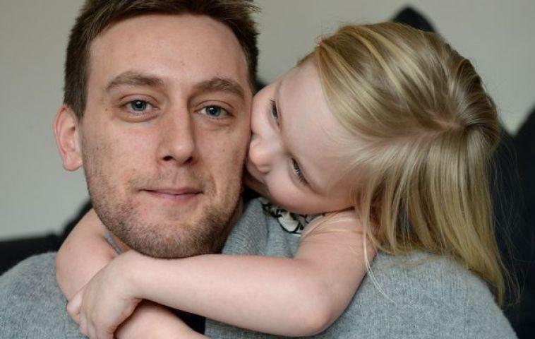 tom attwater y su hija dándole un beso en la mejilla