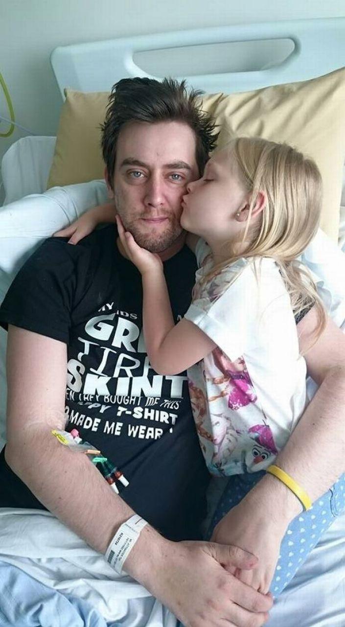 Tom Attwater con su hija en la cama del hospital