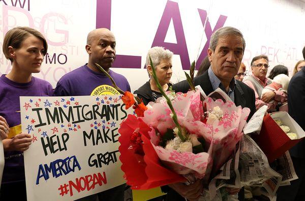 Hossein Vayeghan espera a su hermano en el aeropuerto con un ramo de flores (AFP)