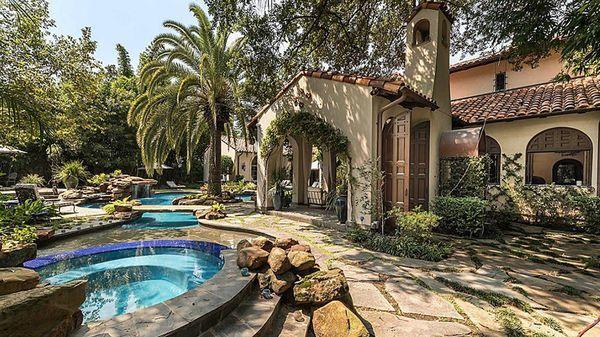 La mansión está ubicada en las afueras de Houston