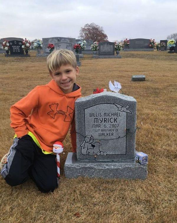 Walker, hoy. Continúa visitando a su hermano gemelo en su tumba en Alabama, Estados Unidos