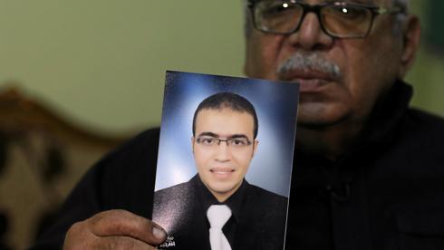 El padre de Abdulá Reda al Hamamy muestra su fotografía.