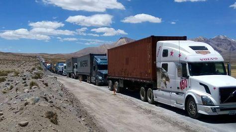Camiones que transportan carga boliviana parados en la frontera con Chile, cerca de Chungara.