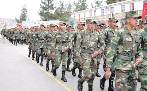 Jóvenes que realizaron el Servicio Militar Obligatorio marchan en el acto de licenciamiento. Foto: Ministerio de Defensa - archivo