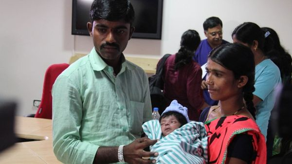 Lalitamma y Chennabasava con su pequeño recién nacido, antes de la exitosa operación