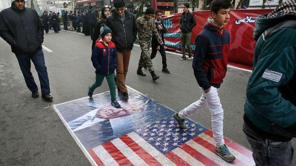 Sobre las calles fueron dispuestas imágenes de Trump y banderas norteamericanas para ser pisoteadas (AP)