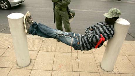 Un hombre echa una cabezada en Rabat, Marruecos (Imagen ilustrativa)
