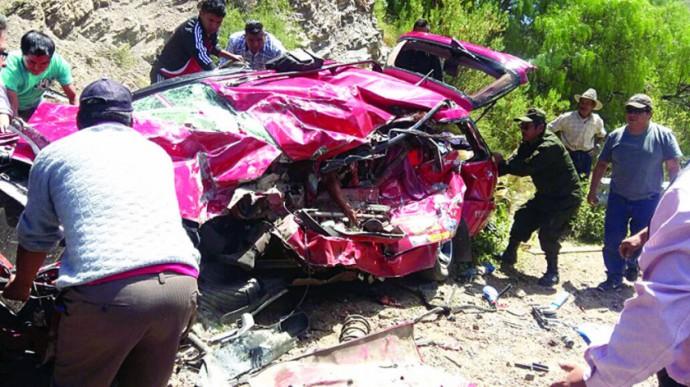 COLISIÓN. El vehículo quedó destrozado tras el impacto con tráiler en la ruta Potosí-Sucre.