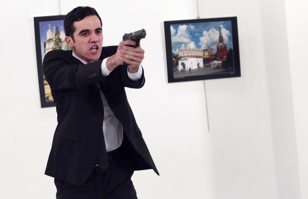 La impactante serie de Ozbilici incluye varias tomas del asesino antes, durante y después del crimen (AP Photo/Burhan Ozbilici)