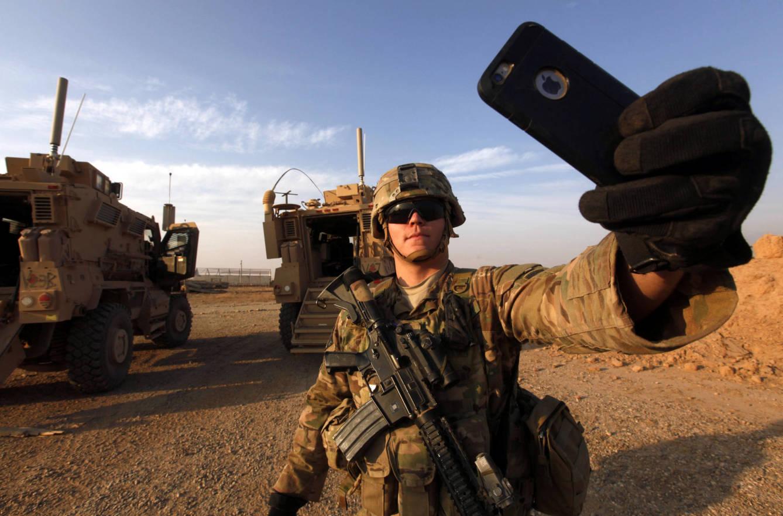 Foto: Un soldado estadounidense se hace un selfi en la base de Qayara, al sur de Mosul. (Reuters)