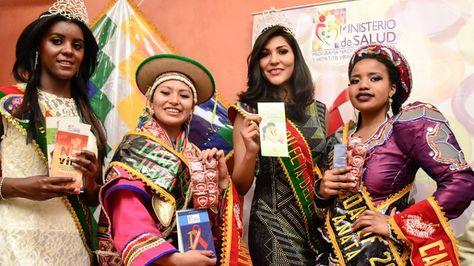 Reinas del Carnaval paceño mostrando el material que se difundirá para prevenir el VIH Sida.